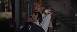 Potts abraza a Stark en el taller