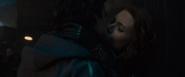 Banner y Romanoff besándose