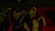 Murdock y Elektra en un carro