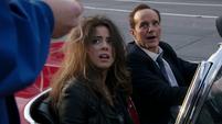 Skye es ayudada por Coulson a escapar de Ward
