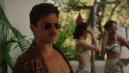 Stark con gafas de sol en la hacienda