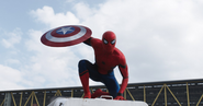 Hombre Araña sosteniendo el escudo del Capitan America - CW