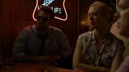 Murdock en el bar con Page y Nelson