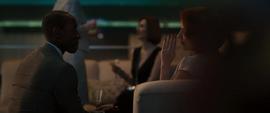 Rhodes y Romanoff hablando en la fiesta