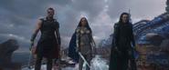 Thor Valquiria y Loki confrontan a Hela