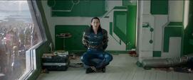 Loki encadenado habla con Thor