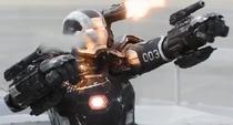 Máquina de Guerra atacando a Ant-Man