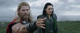 Thor sorprendido por el poder de Hela