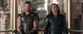 Thor y Loki en un elevador