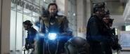 Loki esposado se apodera del Teseracto