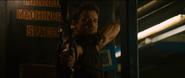 Hawkeye lucha contra soldados de Klaue
