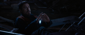 Tony con su mano robotica