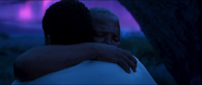 T'Chaka abraza a su hijo