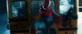 Hombre Araña a punto de chocar contra camión