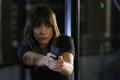 Skye le apunta su arma a Ward