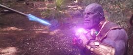 Thanos detiene la lanza de Okoye