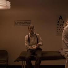 Rogers esperando en la sala.png