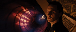 Loki viendo el destierro de Thor