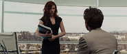 Romanoff discute con Stark en la oficina