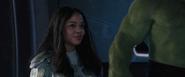 Brunnhilde apoya el ascensor de Thor al trono