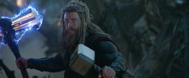 Thor tras invocar el Mjolnir y el Rompetormentas