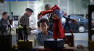 Ace Peterson viendo los juguetes
