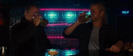 Thor y Selvig en un bar