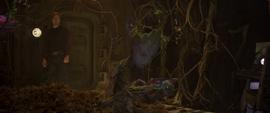 Quill viendo a Groot ignorándolo