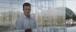 Rogers viendo el automóvil de Stark