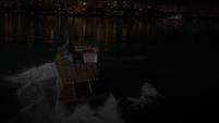 Stark conduciendo su bote en Nueva York