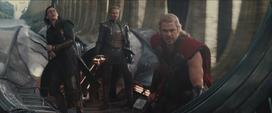 Thor y Loki escapando de Asgard con ayuda de Fandral