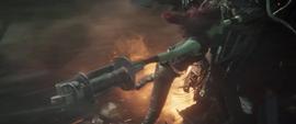 Gamora sostiene la soga de Drax 2