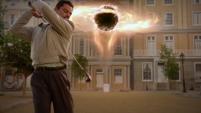 Stark jugando golf al lado de la grieta
