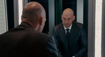 Cross se ve en un espejo tras matar a Frank