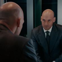 Cross se ve en un espejo tras matar a Frank.png