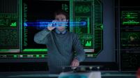 Fitz con un holograma del Bastón Berserker