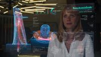 Potts analiza un holograma de la Torre Stark