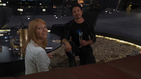 Potts saluda a Coulson en la Torre Stark