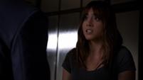 Skye escucha a Coulson sospechando que ella podría ser una alienígena