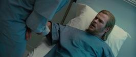 Thor siendo atendido en el hospital