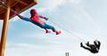 Hombre Araña usa su telaraña en el barco