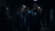 Mace guiando a Coulson y Simmons en el Campo de Juegos