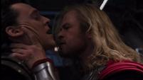 Thor captura a Loki en el Quinjet