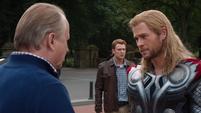 Thor se despide de sus amigos