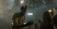 Groot le regala una flor a una niña de Knowhere
