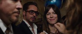 Maya Hansen y Anthony Stark son interrumpidos en un elevador