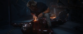 Stark confrontado por Killian en el suelo