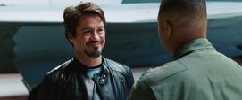 Stark le sonríe a Rhodes