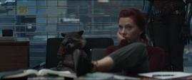 Rocket y Romanoff escuchan la explicación de Thor