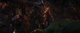Thanos con Thor y Hulk vencidos